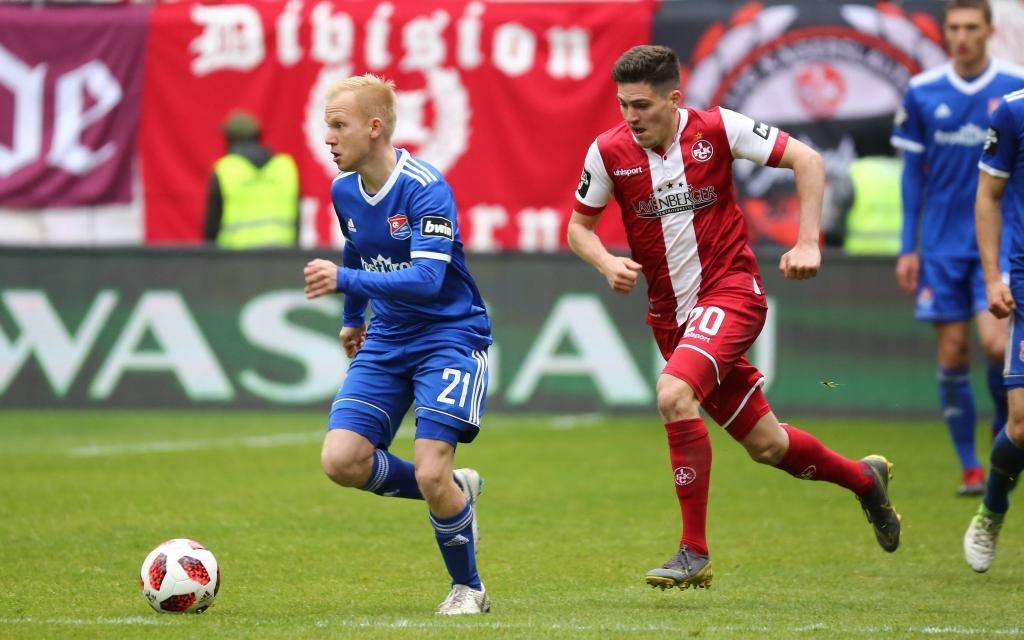Sascha Bigalke (Unterhaching) im Zweikampf mit Dominik Schad (Kaiserslautern) beim Spiel des 1. FC Kaiserslautern vs. SpVgg Unterhaching in der 3. Liga am 04.05.2019