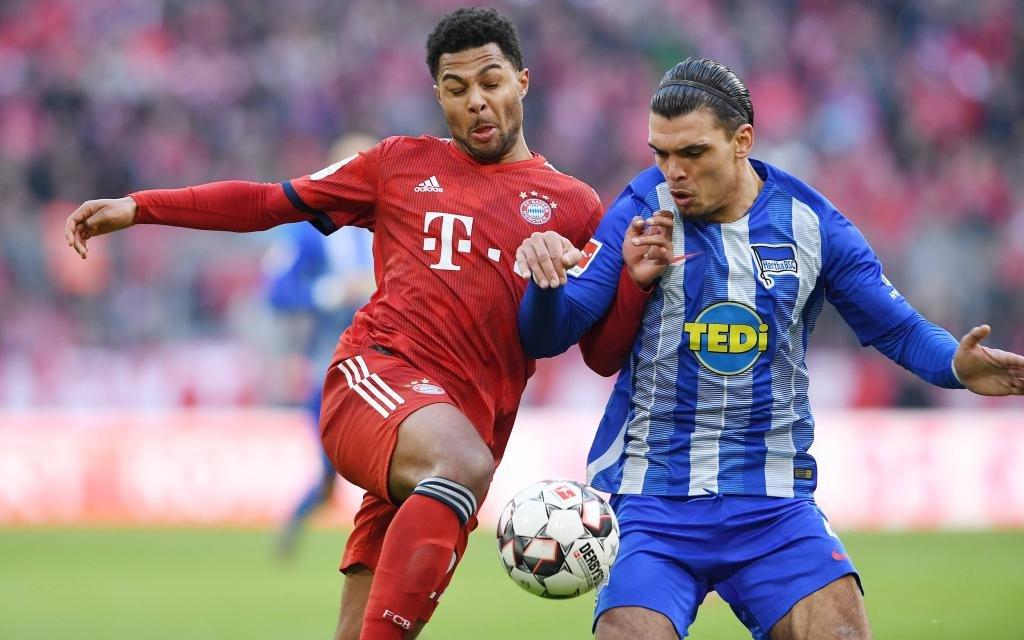 Fussball 1. Bundesliga Saison 2018/2019 23. Spieltag FC Bayern Muenchen - Hertha BSC Berlin 23.02.2019 Karim Rekik (re, Hertha) gegen Serge Gnabry (li, FC Bayern Muenchen)