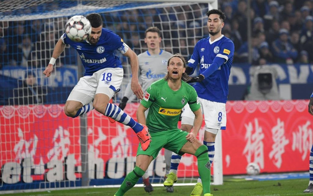ussball GER, Saison 2018 2019, 1. Bundesliga, 20. Spieltag, FC Schalke 04 - Borussia Moenchengladbach 0:2, v.li., Daniel Caligiuri (FC Schalke 04), Michael Lang (Borussia Moenchengladbach), Suat Serdar (FC Schalke 04)