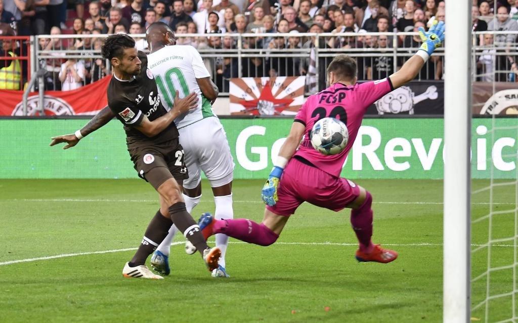 Daniel Keita-Ruel (10. SpVgg Greuther Fürth ) erzielt Treffer Tor Torschuß zum 0:1 gegen Jan-Philipp Kalla (27, FC St. Pauli ) Robin Himmelmann (30, FC St. Pauli )