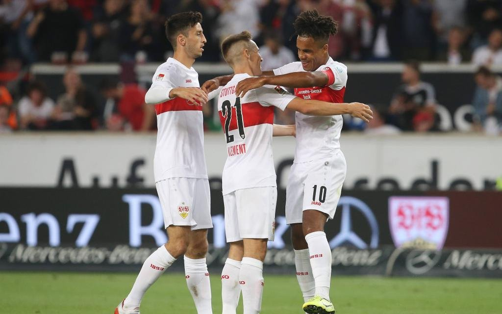 Torjubel 1:0 Stuttgart, V.li. Atakan Karazor (VfB) Philipp Klement (VfB) , Torschütze Daniel Didavi (VfB) . VfB Stuttgar-VfL Bochum