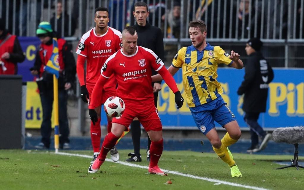 Toni Lindenhahn (Hallescher FC Halle) gegen Yari Otto (Eintracht Braunschweig) - 3. Liga Punktspiel Saison 2018-2019 Eintracht Braunschweig vs. Hallescher FC Halle im Eintracht Stadion in Braunschweig