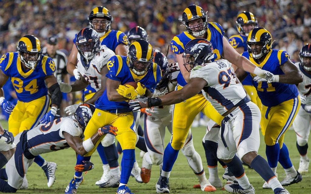Ein regelmäßiges Bild - Running Back Gurley (M.) von den L.A. Rams mit dem Ball in den Armen