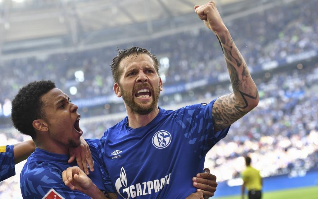 Guido Burgstaller freut sich nach seinem Tor zum 2:0 gegen Hertha BSC Berlin mit Weston McKennie.
