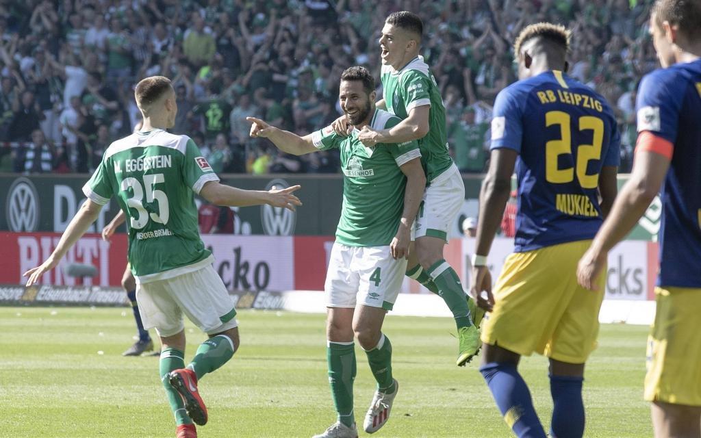 Claudio Pizarro bejubelt sein Siegtor zum 2:1 gegen Leipzig in der Saison 2018/19.