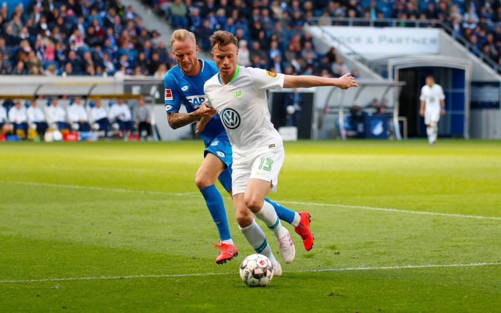 Fussball Bundesliga - TSG Hoffenheim vs. VFL Wolfsburg Sinsheim, Deutschland 28.April 2019: 1.BL - TSG Hoffenheim vs. VFL Wolfsburg v. li. im Zweikampf Kevin Vogt (Hoffenheim) und Yannick Gerhardt (Wolfsburg)