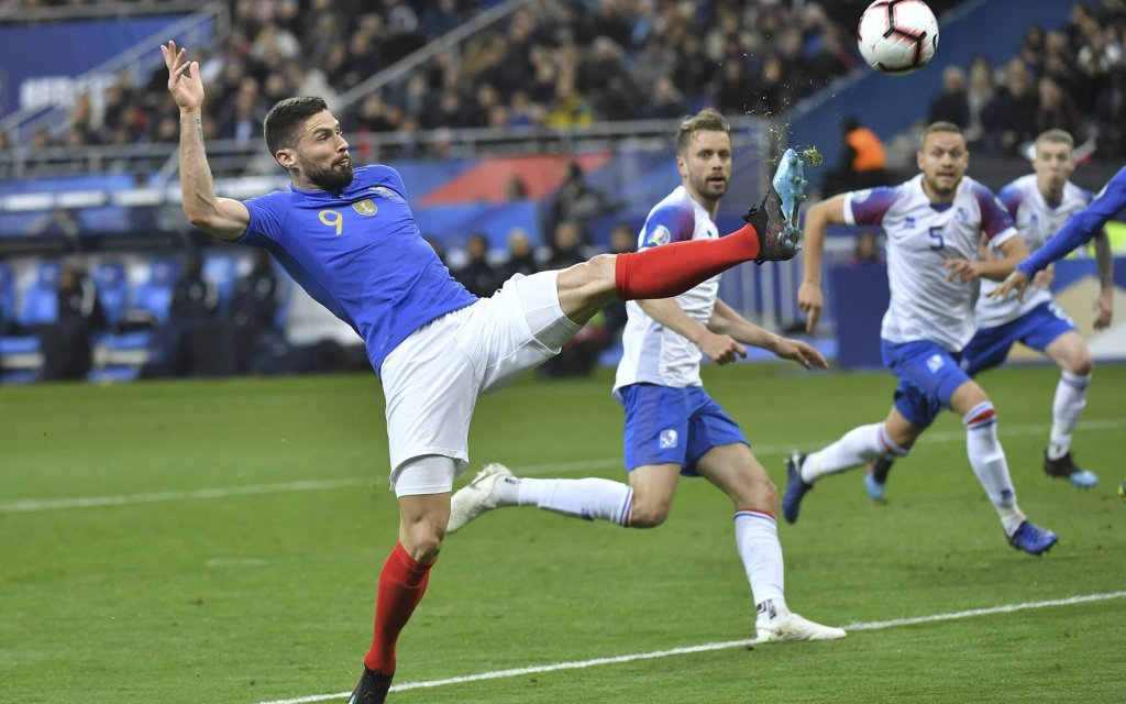 Der Weltmeister Frankreich mit Mittelstürmer Olivier Giroud gewann das Hinspiel 4:0.