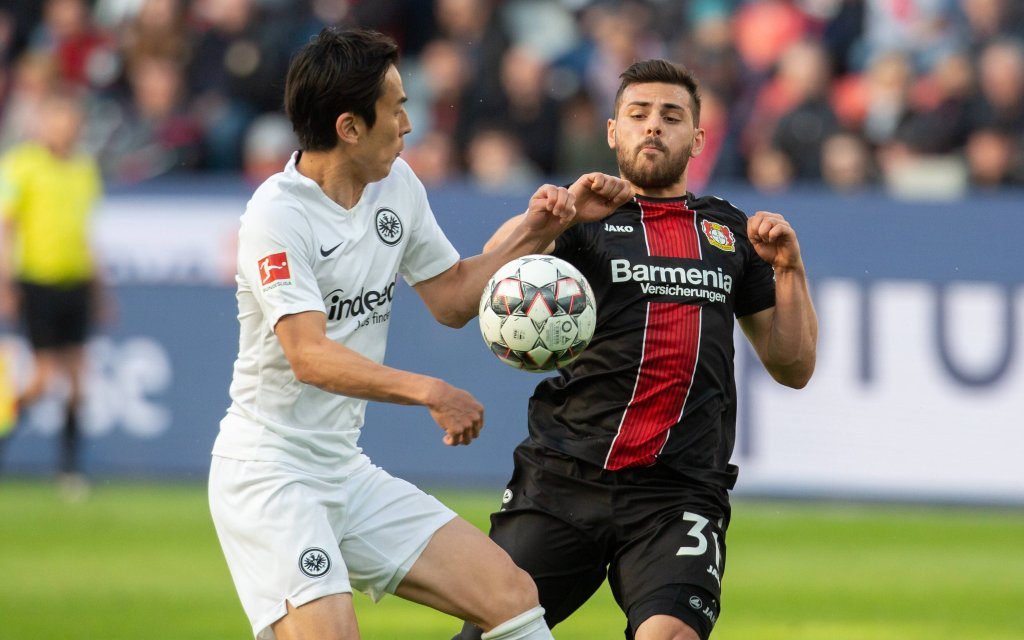 Leverkusen, Germany 05.05.2019, 1. Bundesliga 32. Spieltag, Bayer 04 Leverkusen - SG Eintracht Frankfurt, Makoto Hasebe (SGE) und Kevin Volland (B04) im Zweikampf