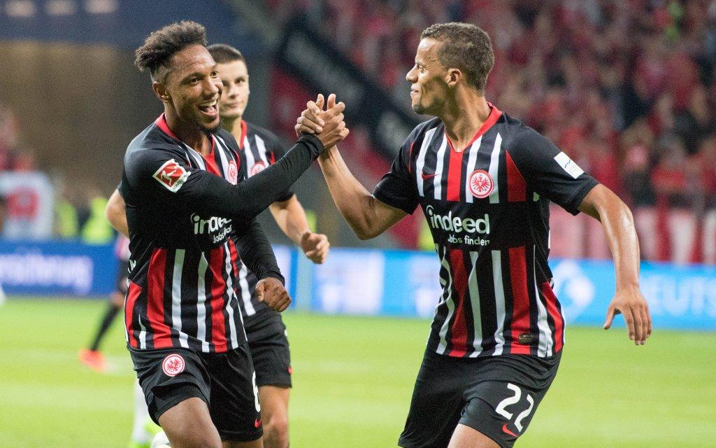 Torschuetze Jonathan DE GUZMAN (li, F) und Timothy CHANDLER (F) jubeln ueber das Tor zum 1:0 fuer Eintracht Frankfurt gegen den FC Vaduz.