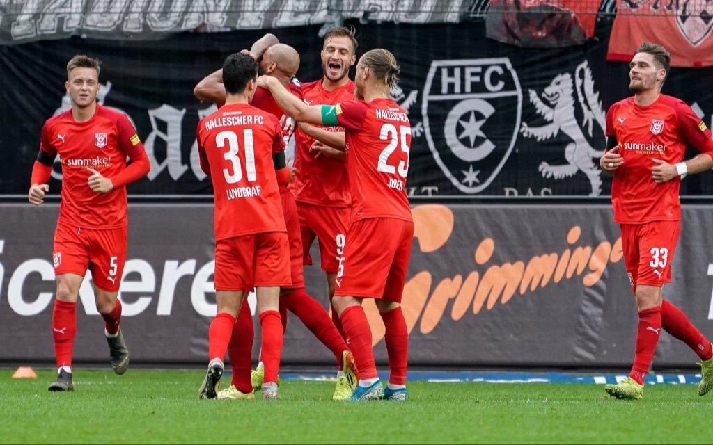 Jubel auch gegen Magdeburg? Spieler vom Halleschen FC HFC jubeln über das Tor zum 0:3 gegen Waldhof Mannheim.