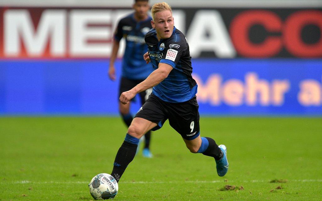 Kai Pröger beim Dribbling im Spiel Bayern München - SC Paderborn (3:2) in der Saison 2019/20.