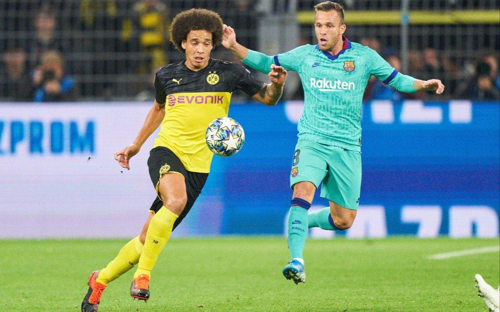 Axel Witsel im Zweikampf mit Arthur vom FC Barcelona.