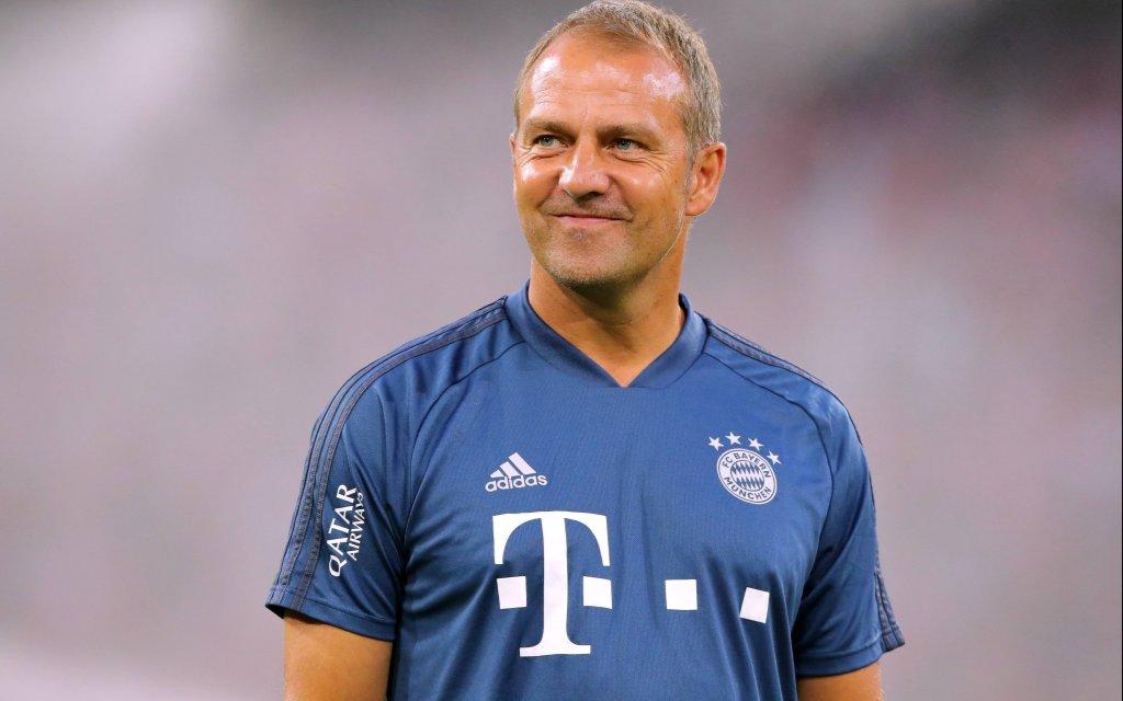 Co Trainer Hans Dieter Flick lachend beim Spiel gegen Hertha BSC Berlin