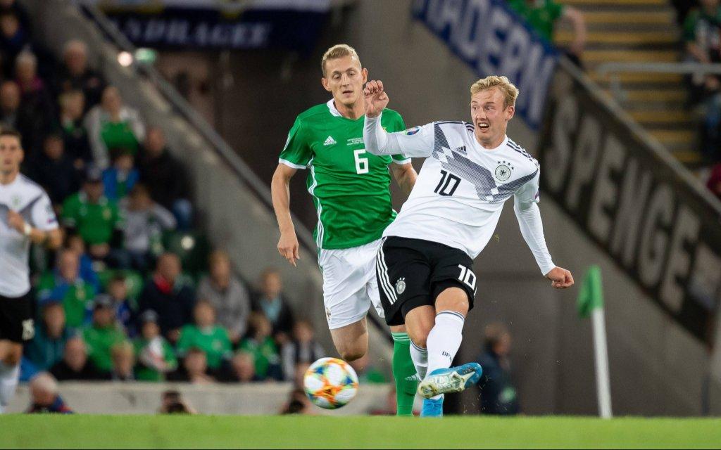 Belfast, Nordirland 09.09.2019, UEFA EM Qualifikation, Runde 6, Gruppe C, Nordirland - Deutschland, George Saville (Nordirland) und Julian Brandt (GER) im Zweikampf