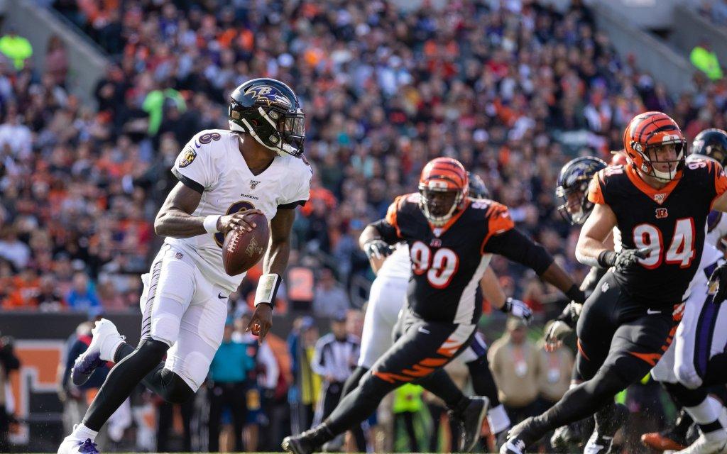 Baltimores QB Jackson (l.) mit der Suche nach dem richtigen Play