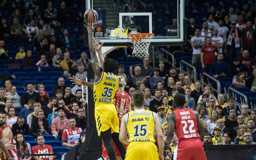 ALBA-Center Nnoko mit dem Hookshot in der EuroLeague