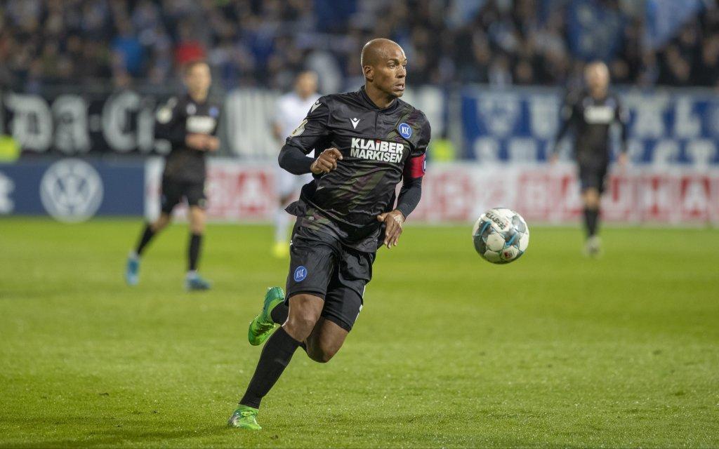 Deutschland, Darmstadt, Merck-Stadion am Boellenfalltor, 29.10.2019, SV Darmstadt 98 vs. Karlsruher SC - DFB Pokal Bild: v. l. David Pisot Karlsruher SC