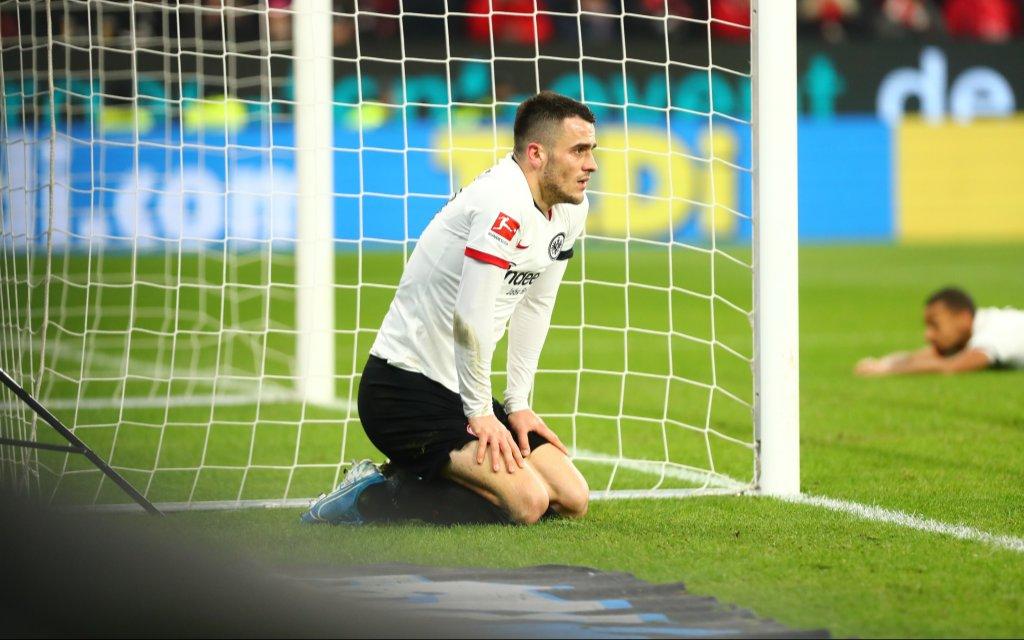 Filip Kostic Frankfurt kniet enttaeuscht neben dem Tor FSV Mainz 05 vs Eintracht Frankfurt, Fussball, 1. Liga, 02.12.2019