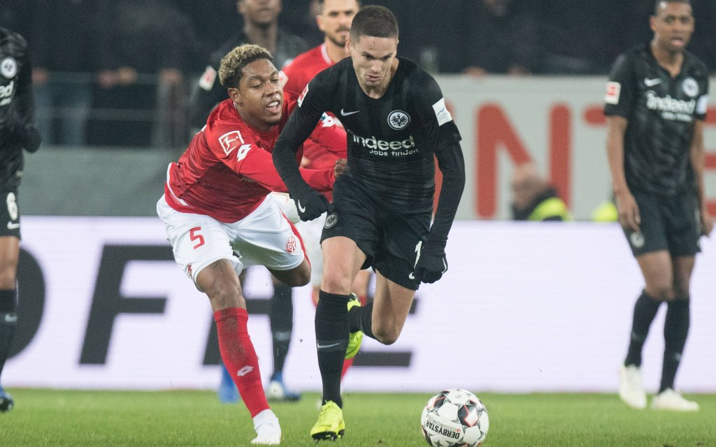 Jean-Paul BOETIUS (li., MZ) haelt Mijat GACINOVIC (F), Aktion, Zweikampf, Fussball 1. Bundesliga, 16. Spieltag, 1.FSV Mainz 05 (MZ) - Eintracht Frankfurt (F) 2:2, am 19.12.2018 in Mainz/ Deutschland.