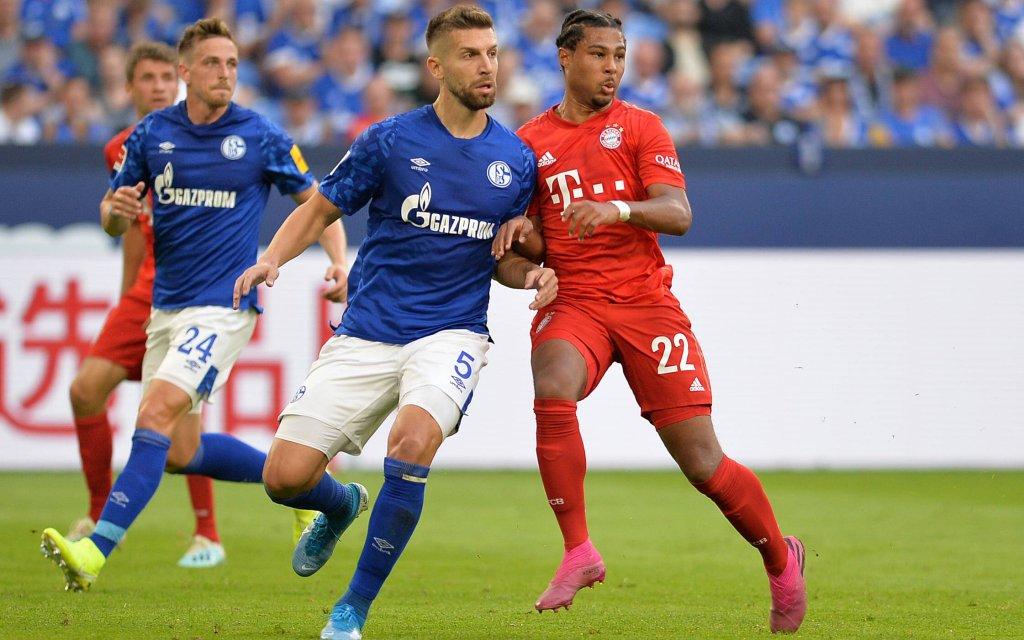 Gelsenkirchen, Germany 24.08.2019, 1. Bundesliga, 2. Spieltag, FC Schalke 04 - FC Bayern Muenchen, Matija Nastasic (S04) und Serge Gnabry (FCB) im zweikampf