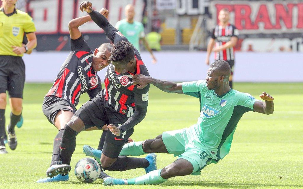 v.l. Gelson Fernandes (Eintracht Frankfurt, 5) Danny da Costa (Eintracht Frankfurt, 24) Ihlas Bebou (TSG 1899 Hoffenheim, 9)