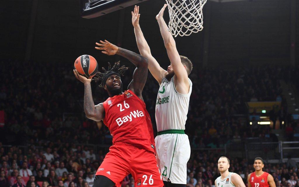 Münchens Lessort (l.) mit dem Abschluss am Brett in der EuroLeague gegen Kaunas