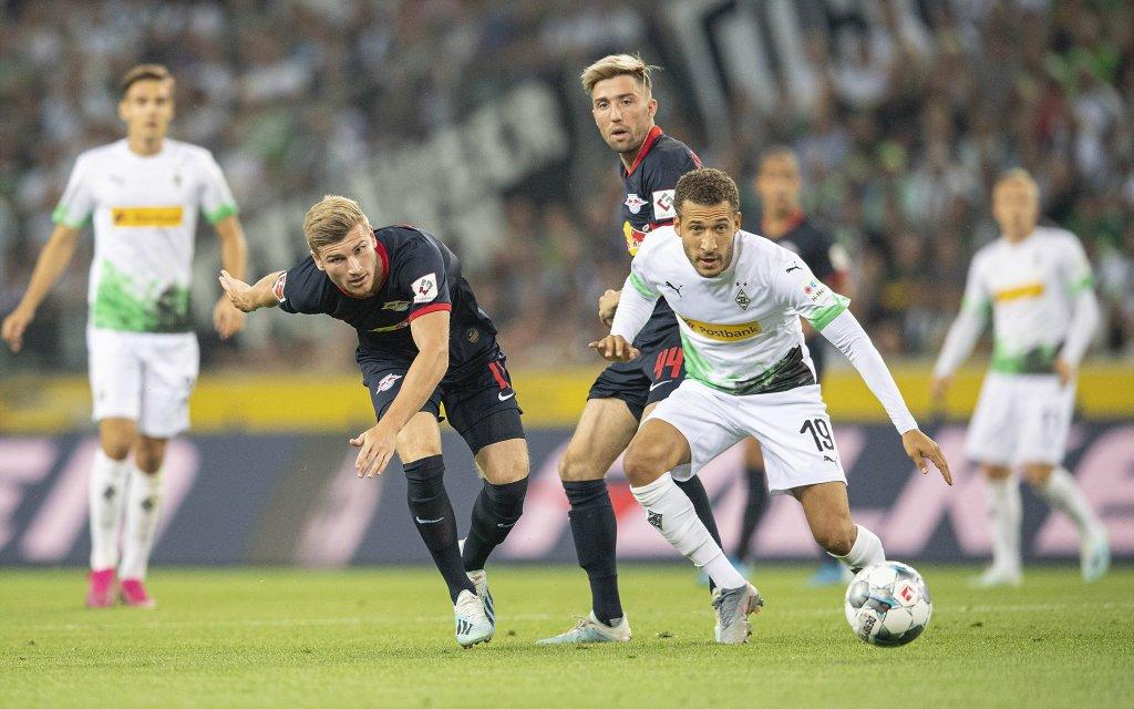 Timo WERNER l. (L) im Zweikampf gegen Fabian JOHNSON (MG), Aktion, Fussball 1. Bundesliga, 3.Spieltag, Borussia Moenchengladbach (MG) - RB Leipzig (L))