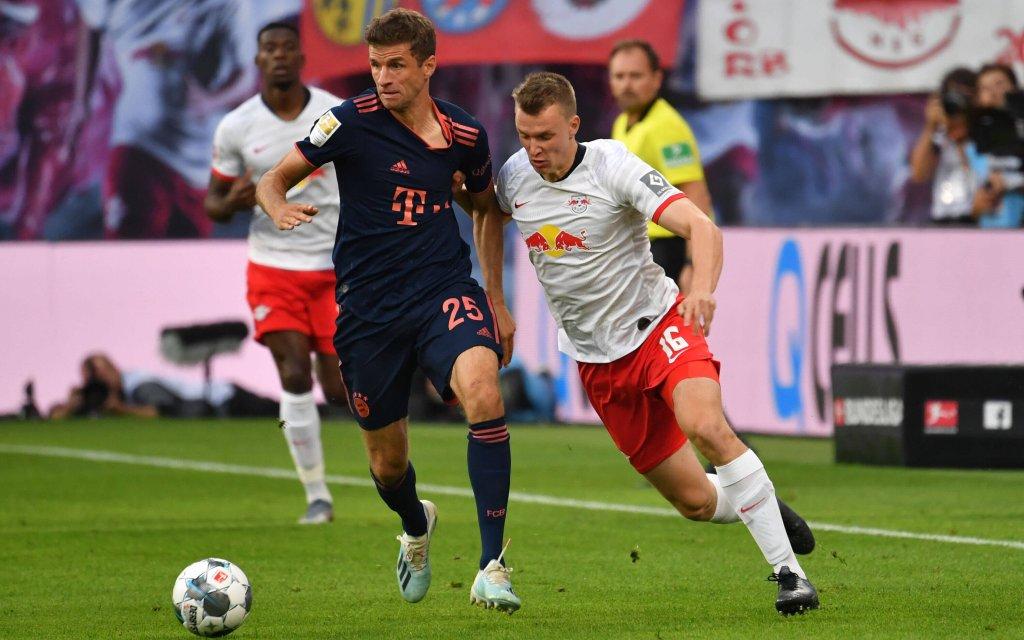 FC Bayern Muenchen-RB Leipzig. Archivfoto: Thomas MUELLER M LLER,Bayern Muenchen, Aktion,Zweikampf gegen Lukas KLOSTERMANN