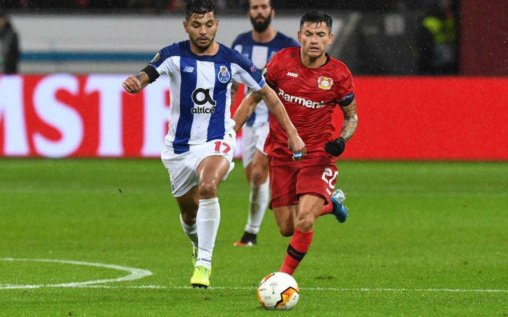 imago images/Eibner | Charles Aranguiz Bayer 04 Leverkusen im Zweikampf mit Jesus Corona FC Porto . 20.02.2020, Fussball, Europaleague, Bayer 04 Leverkusen gegen FC Porto