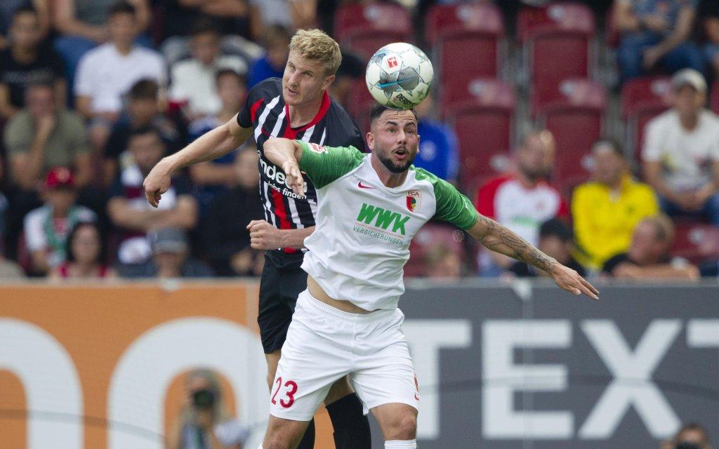 Marco RICHTER ( 23, A) im Kopfballduell mit Martin HINTEREGGER ( 13, F). Fussball, FC Augsburg (A) - Eintracht Frankfurt (F) 2:1, Bundesliga, 4.Spieltag, Saison 2019/2020,