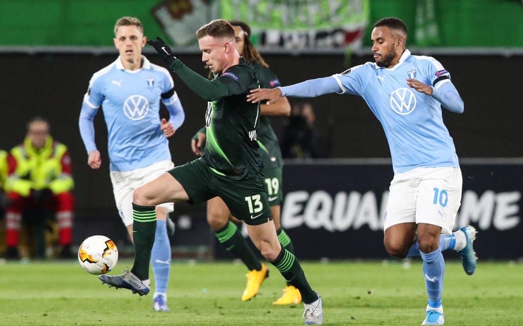 Yannick Gerhardt VfL Wolfsburg gegen Isaac Kiese Thelin Malmö FF - Europa League Saison 2019-2020 VfL Wolfsburg vs. Malmö FF in der Volkswagen Arena in Wolfsburg