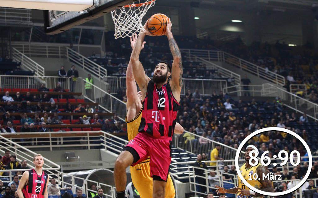 Big Man Breunig (M.) von den Telekom Baskets mit dem Abschluss in Spiel 1 gegen AEK