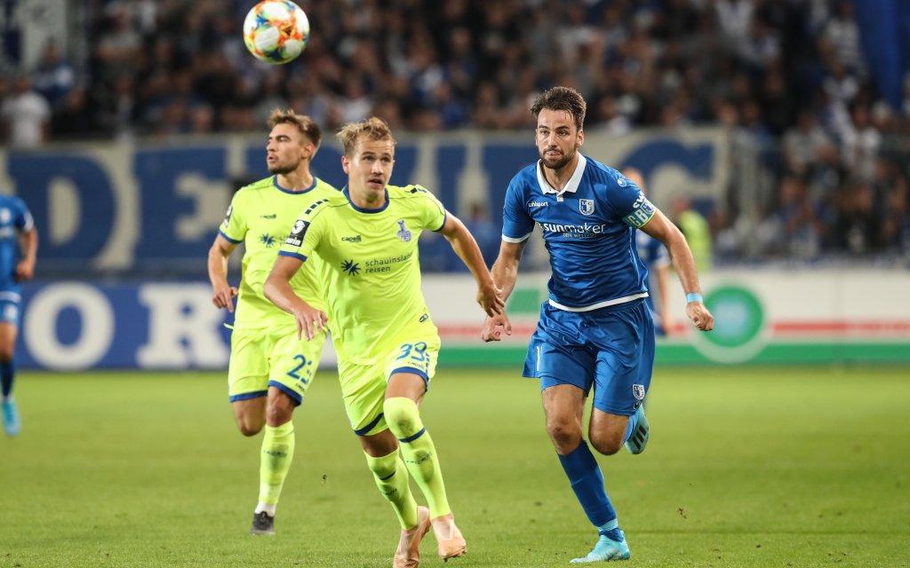 Christian Beck (1. FC Magdeburg) gegen Lukas Boeder (MSV Duisburg) - 3. Liga Fußball Saison 2019-2020 Punktspiel 1. FC Magdeburg vs. MSV Duisburg in der MDCC Arena in Magdeburg
