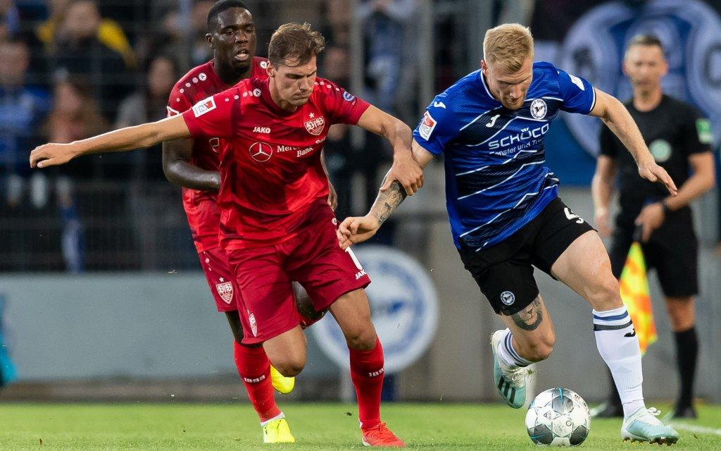 Bielefeld, Germany 27.09.2019, 2. Bundesliga, 8. Spieltag, Arminia Bielefeld - VfB Stuttgart, Pascal Stenzel VFB und Andreas Voglsammer DSC im Zweikampf