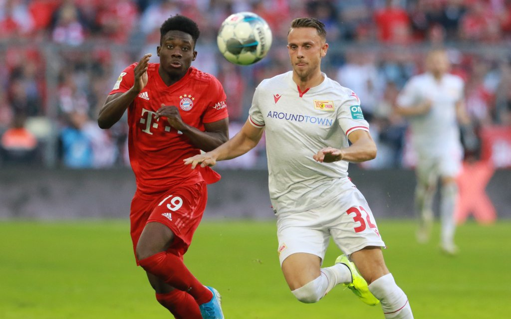 Bayer Alphonso Davies (l.) gegen Christopher Lenz (1. FC Union Berlin)