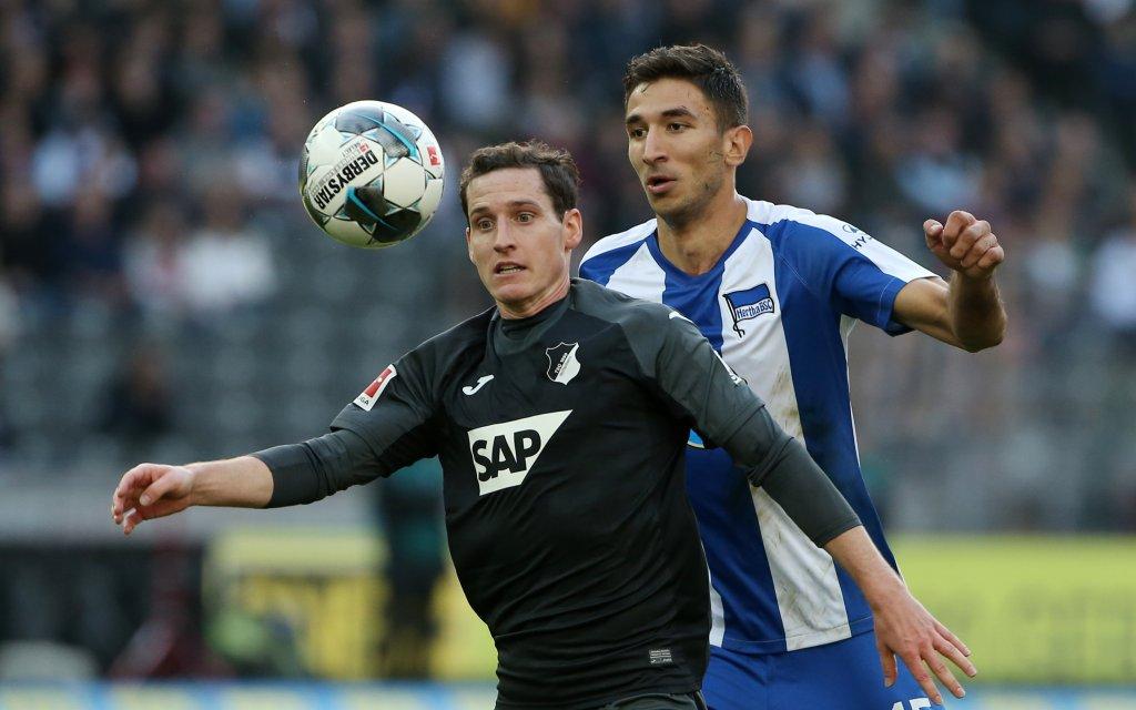 Hoffenheims Rudy (l.) im Duell mit Berlins Grujic (r.)