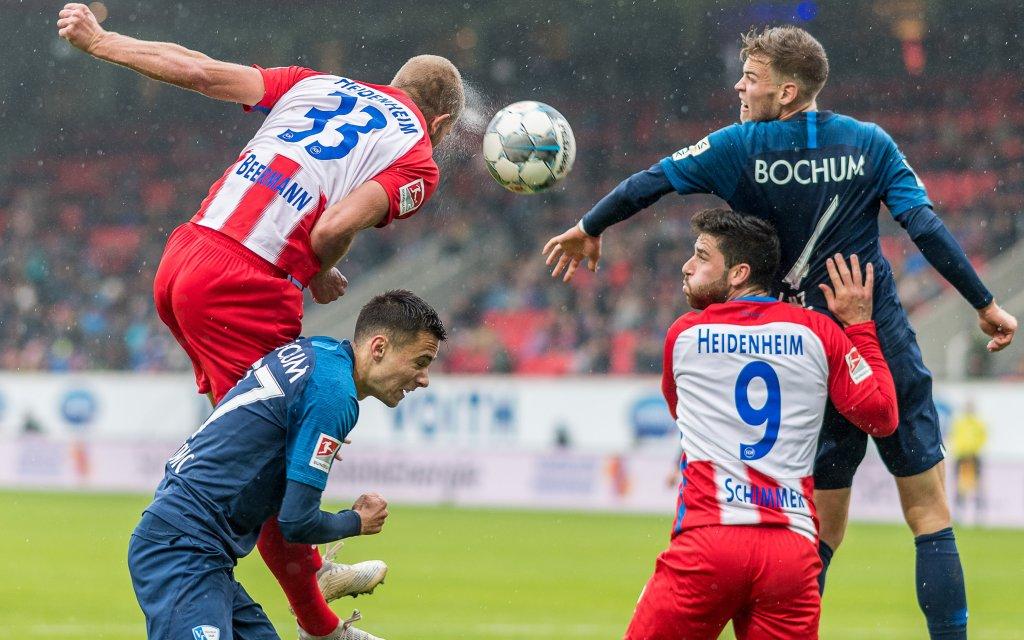 In der 2. Liga wird um jeden Ball gekämpft - hier Heidenheim-Bochum (2:3)