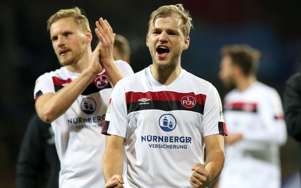 Freude im Keller: Geis (r.) und Behrens feiern Nürnbergs Sieg in Karlsruhe.