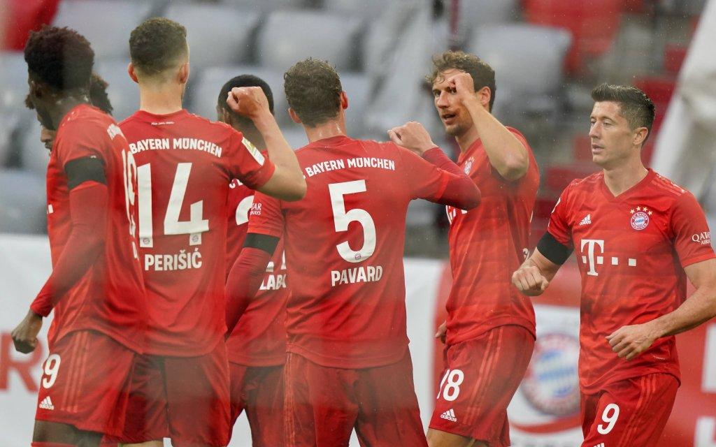 1.Bundesliga FC BAYERN MUENCHEN - EINTRACHT FRANKFURT Muenchen, Deutschland, 23. Mai 2020, Leon GORETZKA, FCB 18 Torjubel 1-0 mit Benjamin PAVARD, FCB 5, Robert LEWANDOWSKI, FCB 9 , Ivan PERISIC