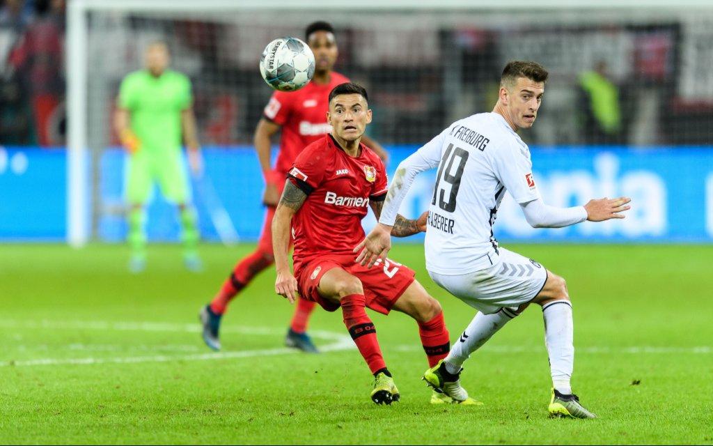 Bayer 04 Leverkusen vs SC Freiburg, Fussball Bundesliga, 23.11.2019 Leverkusens Charles Aranguiz im Zweikampf gegen Freiburgs Janik Haberer