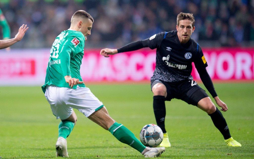 Werders Eggestein (l.) im Duell mit Schalkes Oczipka (r.)