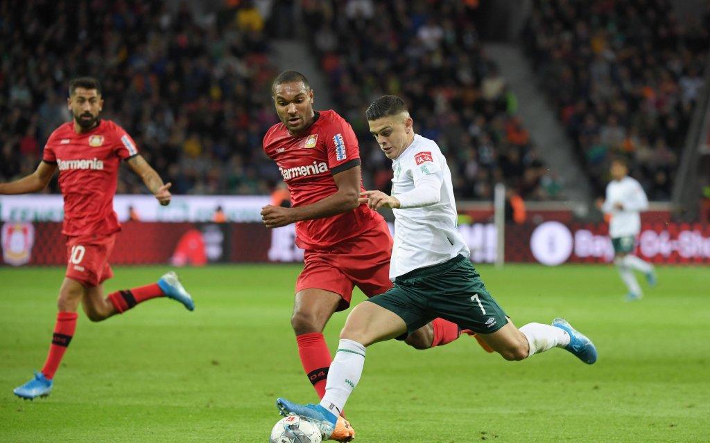 Kommt Werders Rashica (r.) an Leverkusen mit Abwehrass Tah (M.) vorbei?