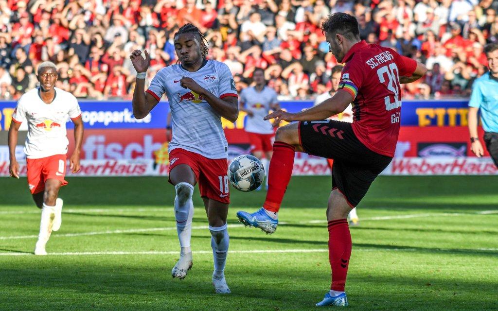 Fussball Bundesliga - 19/20 - SC Freiburg vs. RB Leipzig - 26-10-2019 Christian Guenter SC Freiburg 30 im Zweikampf mit Christopher Nkunku RB Leipzig