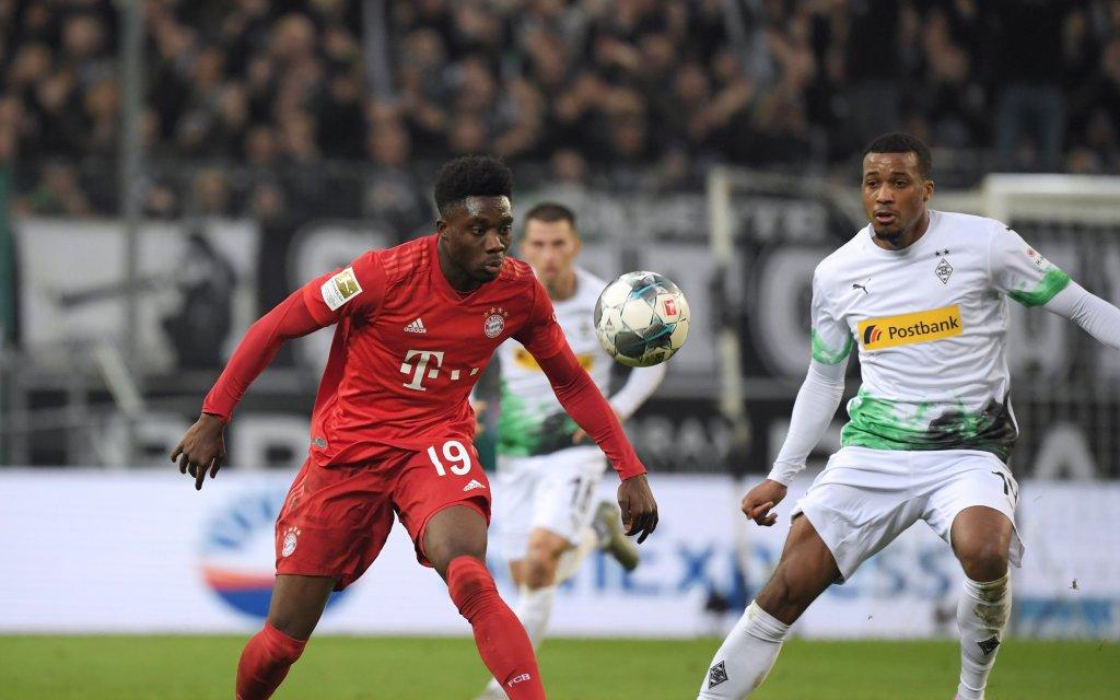Münchens Davies (l.) im Kampf um den Ball gegen Gladbachs Pléa (r.)