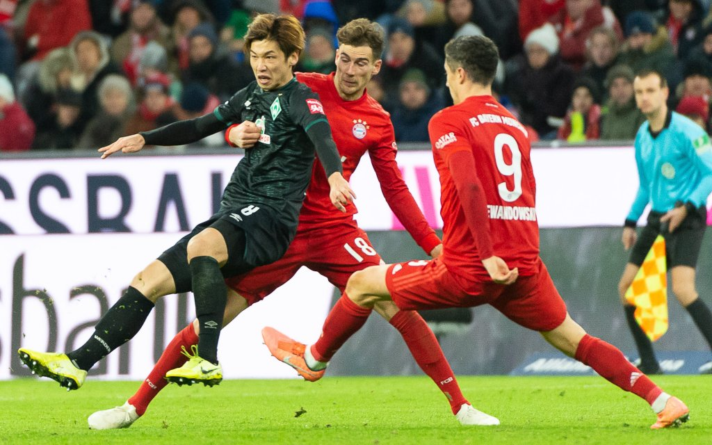 Fv. li. im Zweikampf Yuya Osako SV Werder Bremen, 08, Leon Goretzka FC Bayern Muenchen 18, Robert Lewandowski FC Bayern Muenchen