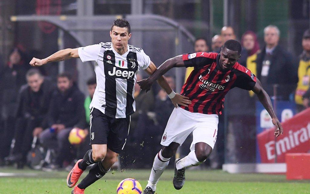 Turins Superstar Ronaldo (l.) mit dem Ball gegen Milans Zapata (r.)