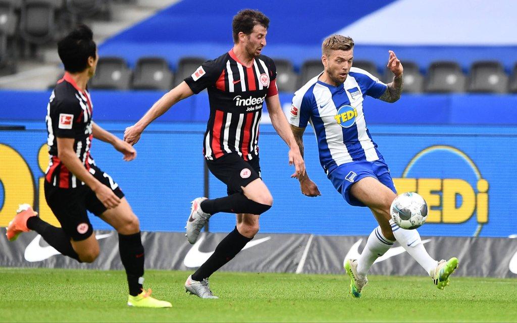 Alexander Esswein Hertha BSC, beim Zweikampf mit David Abraham Frankfurt, links Makoto Hasebe Frankfurt, Hertha BSC Berlin - Eintracht Frankfurt 1. Bundesliga 2019/2020