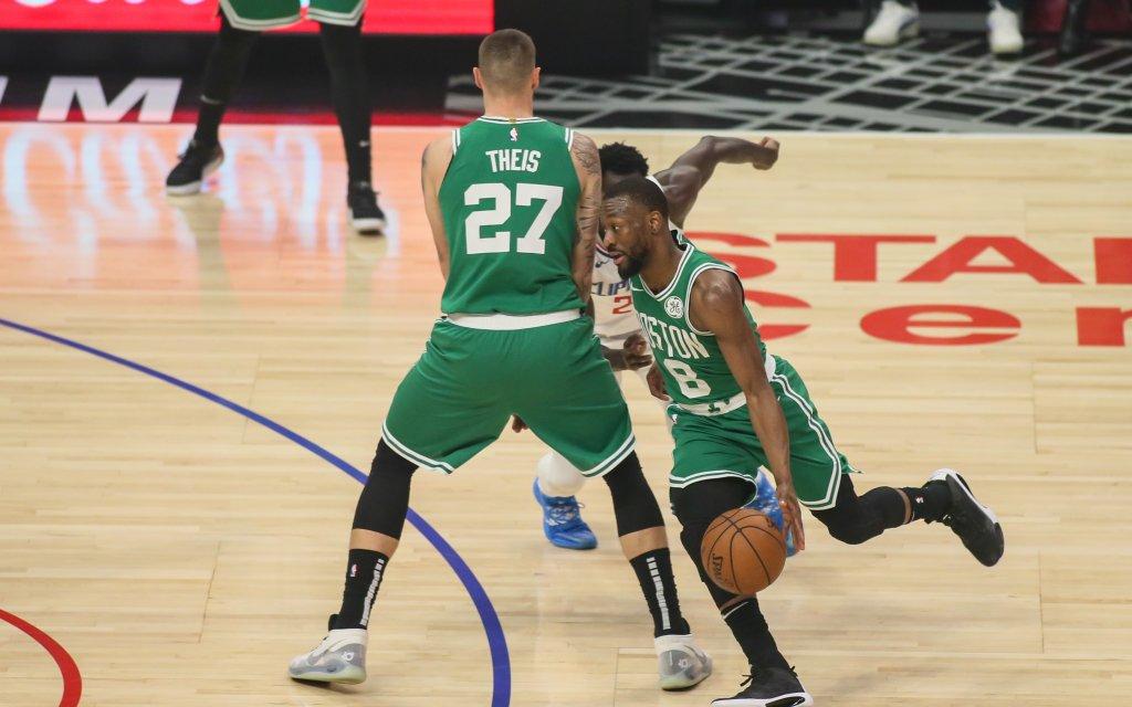 Der Nationalspieler auf Seiten der Celtics, Center Theis (l.) mit dem Pick für seinen Teamkollegen Walker (r.)