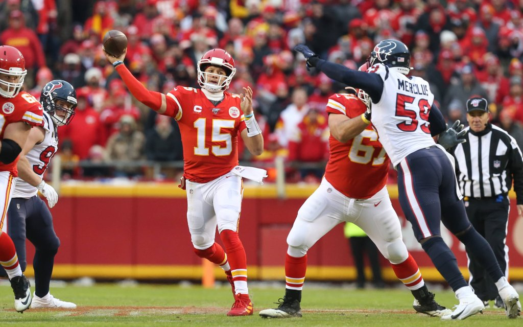 Superstar Mahomes (M.) von den Kansas City Chiefs im Duell miit den Houston Texans vergangene NFL-Saison
