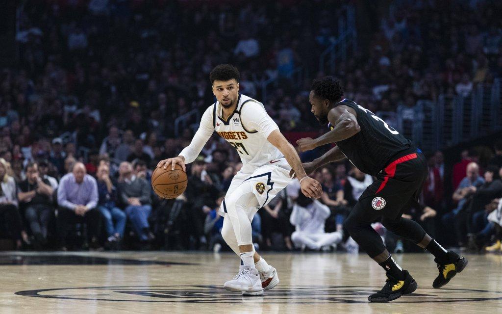 Nuggets - Clippers: Aufbauspieler Murray (l.) mit dem Ball für die Nuggets gegen L.A.s Beverley (r.)